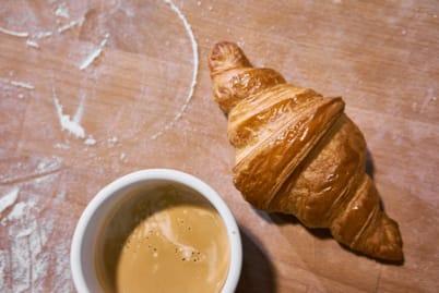 Croissant káva